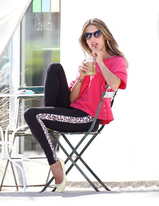 Alessandra Ambrosio en shooting pour Victoria's Secret à Los Angeles le 24 octobre 2012