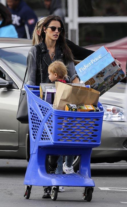 Alessandra Ambrosio : la reine de la lingerie et des podiums fait le plein de jouets avec son petit Noah !