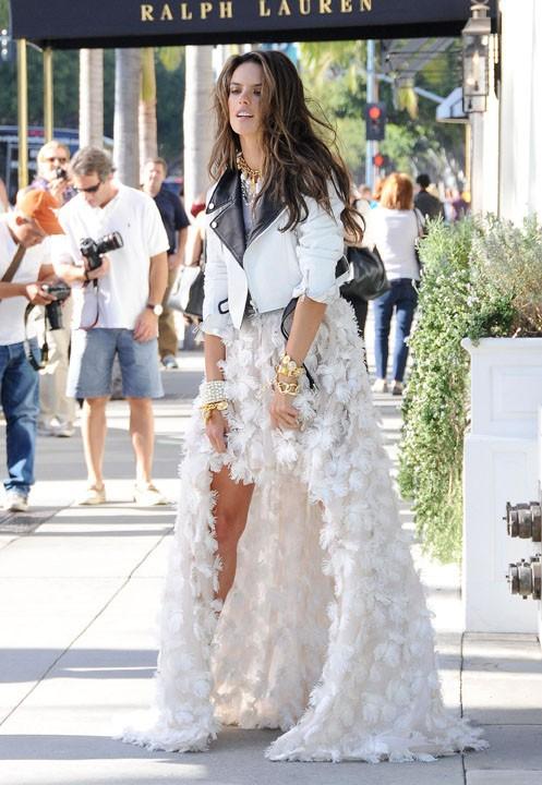 Alessandra Ambrosio en plein shooting à Beverly Hills le 12 octobre 2013