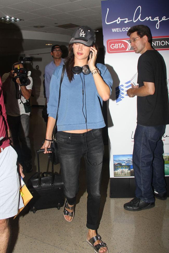 Alessandra Ambrosio à l'aéroport de Los Angeles le 31 juillet 2014