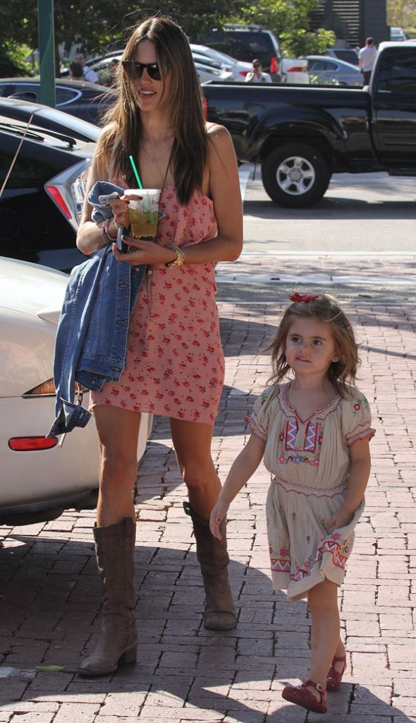 Alessandra Ambrosio et sa fille Anja le 7 octobre 2012 à Malibu