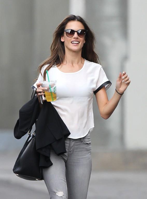 Alessandra Ambrosio à son arrivée pour son shooting pour Harper's Bazaar, à Los Angeles, le 27 février 2014