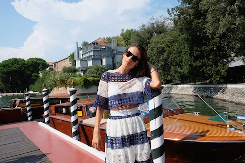 Photos : Alessandra Ambrosio s'offre la Dolce Vita en top transparent !