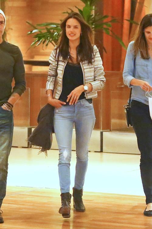 Photos : Alessandra Ambrosio sexy en cuir pour ses premiers pas d'actrice !