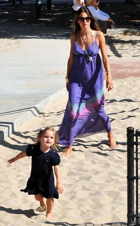 Alessandra Ambrosio et sa fille Anja à Santa Monica, le 31 août 2011.