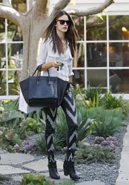 Alessandra Ambrosio en plein shopping à L.A., le 2 avril 2013.