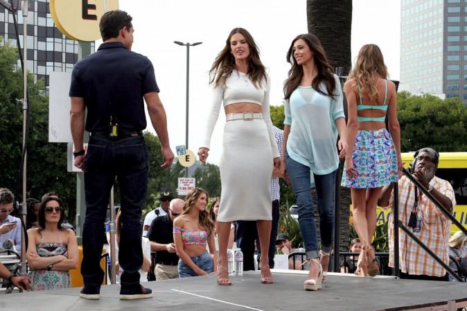 Alessandra Ambrosio sur le plateau de l'émission Extra, le 11 mars 2014.
