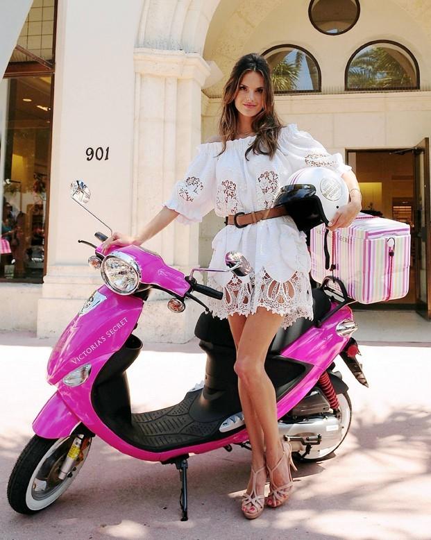 Alessandra Ambrosio, une beauté sexy qui adore les petits bolides...