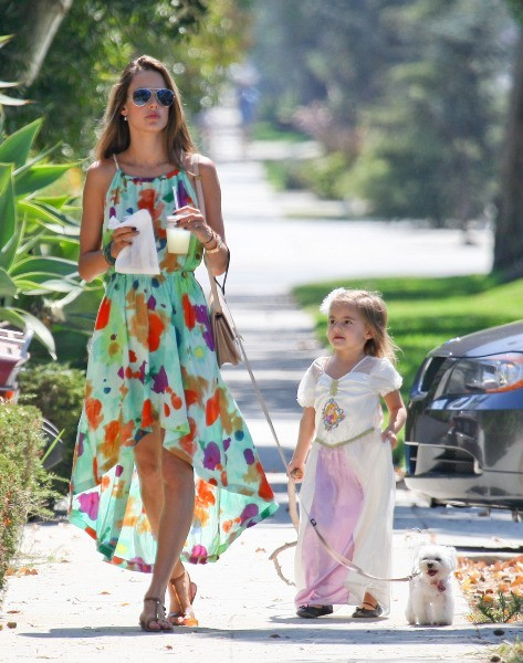 Alessandra Ambrosio et sa fille Anja à Brentwood, le 16 septembre 2012.