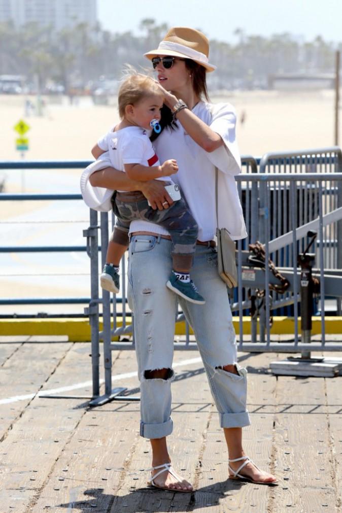 """Photos : Alessandra Ambrosio : une maman """"normale"""" qui s'éclate au parc d'attractions avec toute sa petite tribu !"""