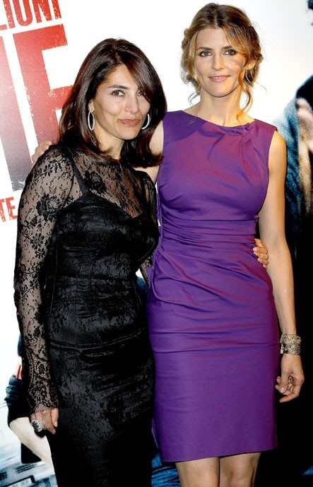 Alice prend la pose avec Caterina Murino