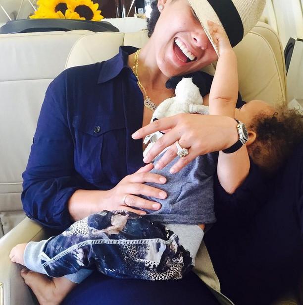 Alicia dans le jet avec son fils Genesis