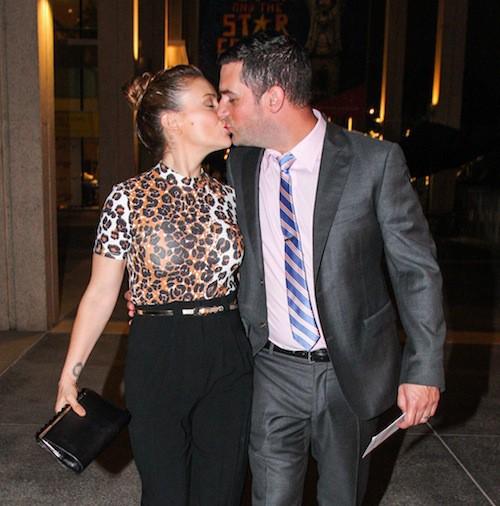 Photos : Alyssa Milano : démonstration de baiser devant les photographes !