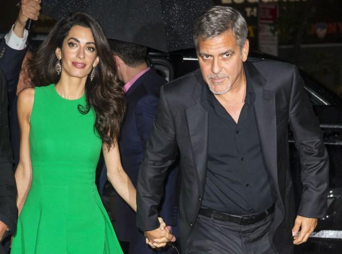 Amal Clooney : épouse glamour et colorée en Versace !