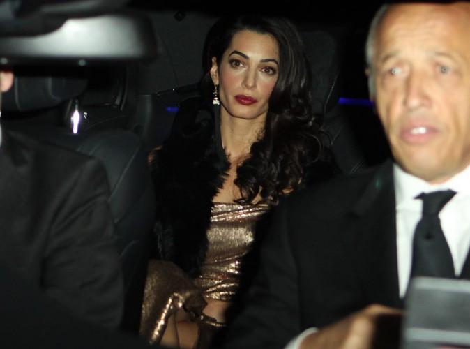 Amal Clooney : robe métallisée et bouche ardente pour une nouvelle célébration de son mariage avec George !
