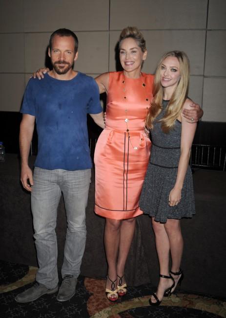 """Peter Sarsgaard, Sharon Stone et Amanda Seyfried lors de la conférence de presse du film """"Lovelace"""" à New York, le 30 juillet 2013."""