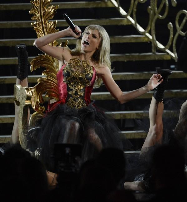 Taylor Swift sur la scène des American Music Awards 2012 à Los Angeles, le 18 novembre 2012.