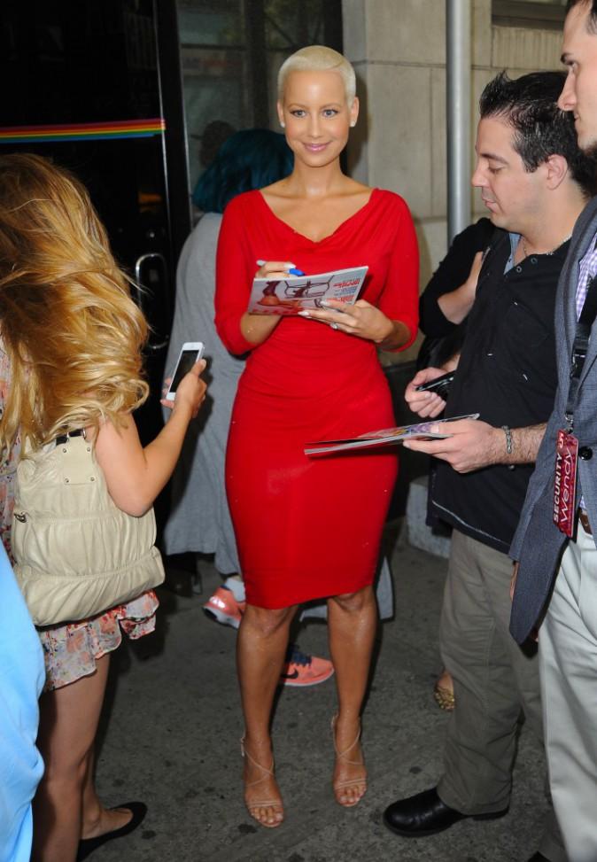 Photos : Amber Rose : elle laisse tomber la robe rouge bien moulante pour s'afficher en petite tenue sur la toile !
