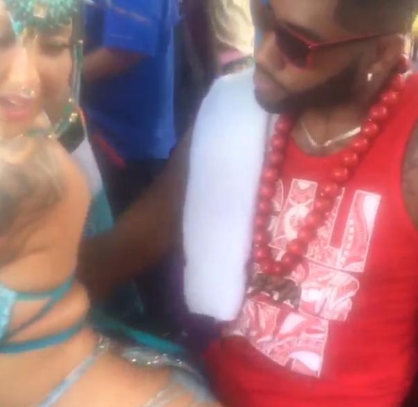 Photos : Amber Rose : la bimbo se frotte contre un inconnu, une danse ultra suggestive qui fait le buzz !