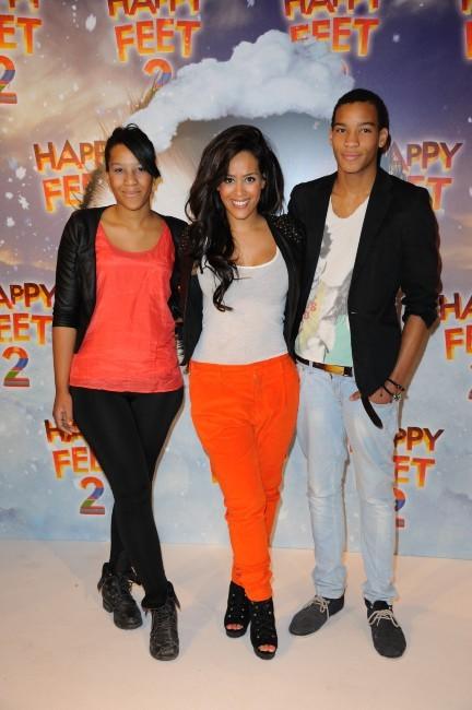 Amel Bent entourée de sa soeur Mélissa et de son frère Ilias à Paris, le 4 décembre 2011.