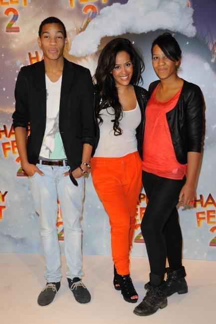 Amel Bent entourée de son frère Ilias et de sa soeur Mélissa à Paris, le 4 décembre 2011.