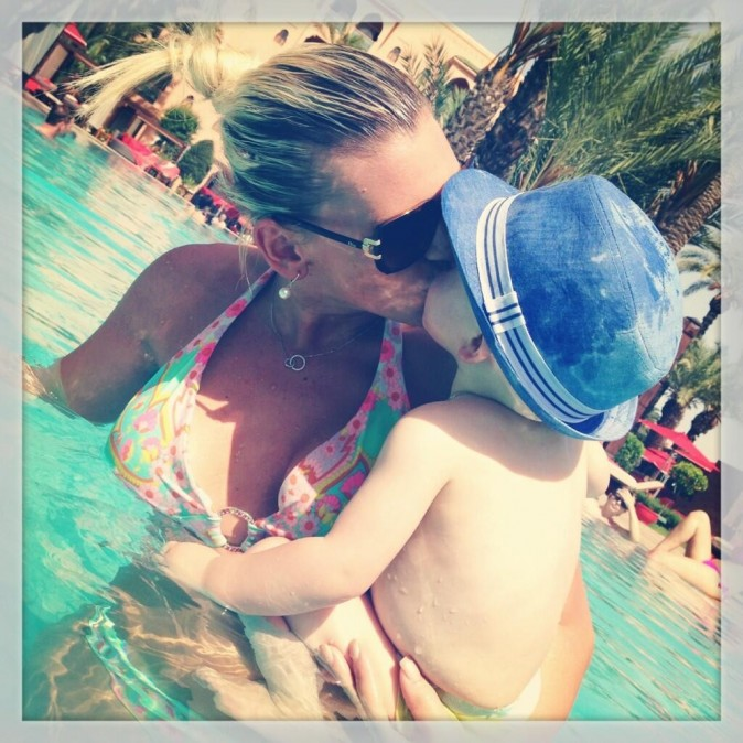 Amélie et son petit Hugo profitent de la piscine !