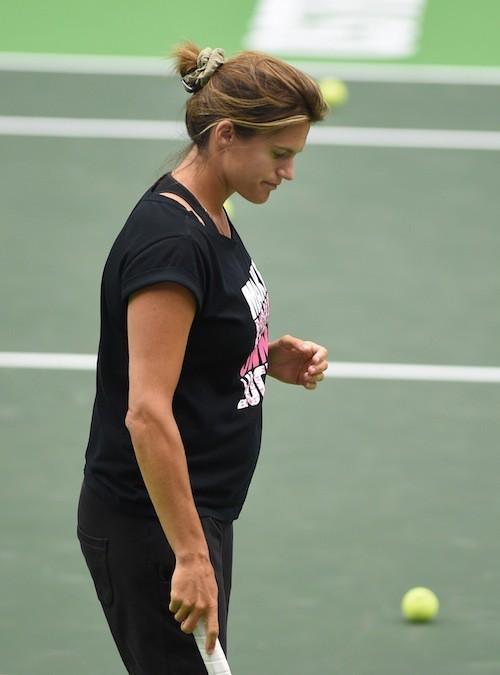 Photos : Amélie Mauresmo, enceinte, affiche fièrement ses premières rondeurs !