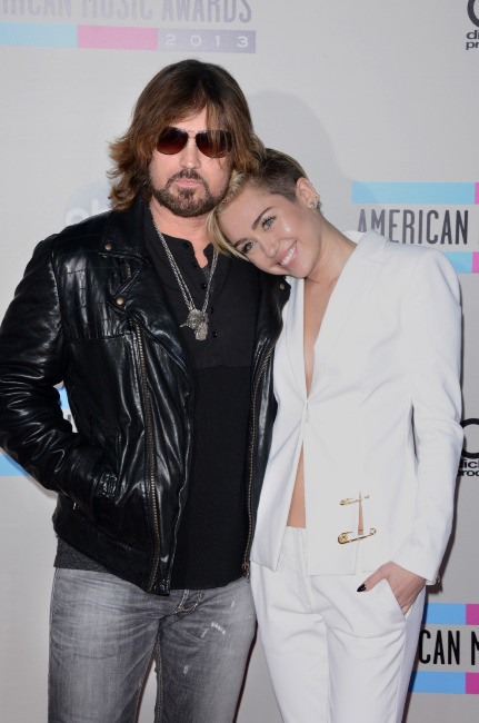 Miley Cyrus et son père Billy Ray Cyrus lors des American Music Awards à Los Angeles, le 24 novembre 2013.