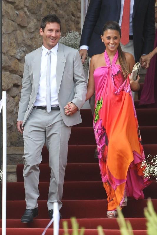 Lionel Messi et Antonella lors du mariage d'Andrés Iniesta et Anna Ortiz à Tarragone, le 8 juillet 2012.