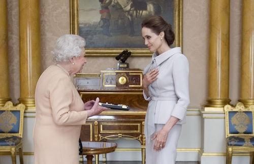 Photos : Angelina Jolie : décorée par la reine Elizabeth II !