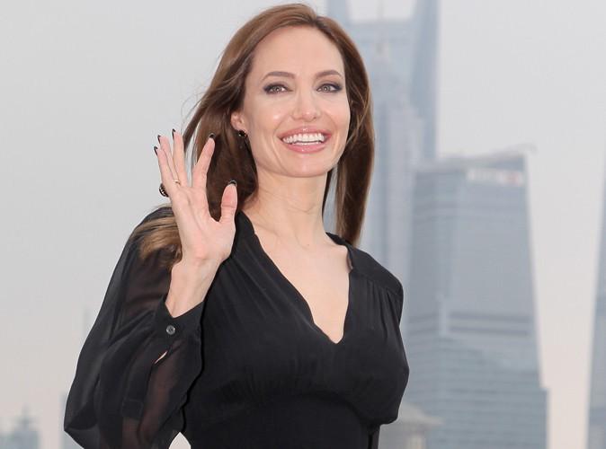 Photos : Angelina Jolie : elle ressort ses chaussures maléfiques pour une session promo en solo à Shanghai !