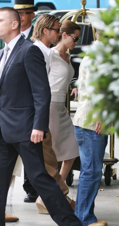 Brad et Angelina rentrent à leur hôtel après une sortie en amoureux ...