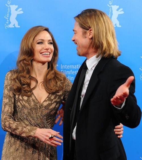 Brad Pitt est aux côtés d'Angelina Jolie en février 2012 pour la présentation de son film Au pays du sang et du miel