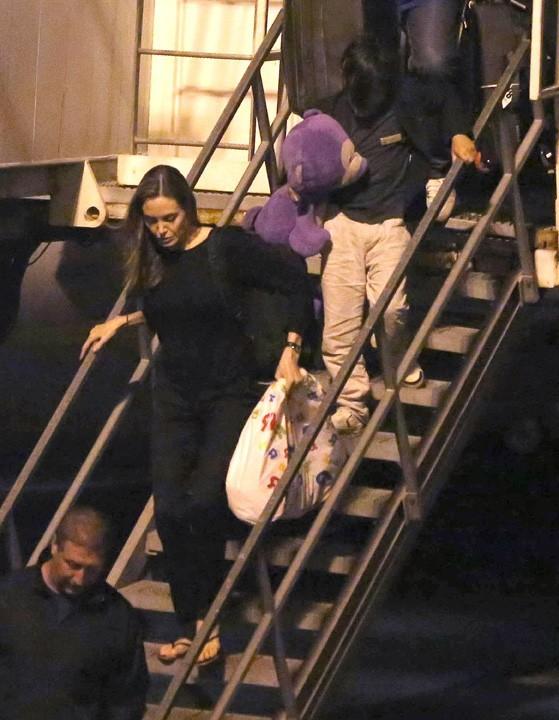 Angelina Jolie à son arrivée à Los Angeles avec son fils Pax le 24 juin 2013
