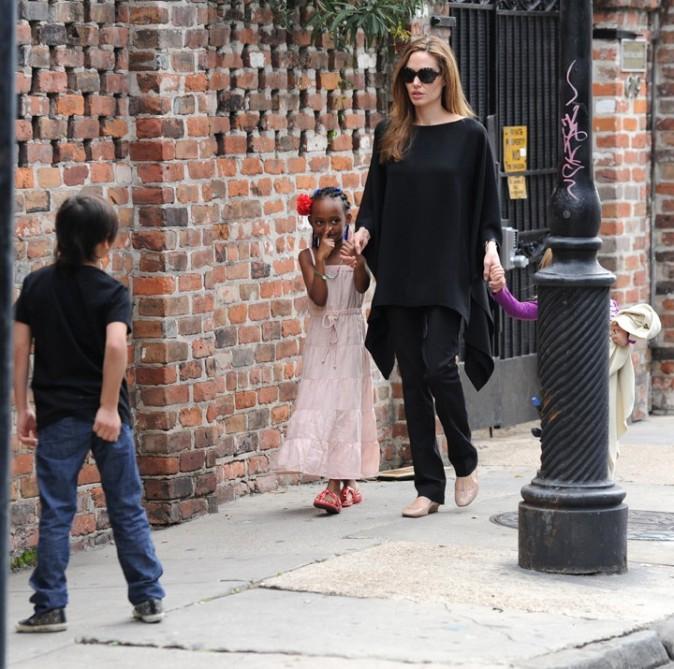 Angelina Jolie mise sur des tenues noires dans la vie de tous les jours...