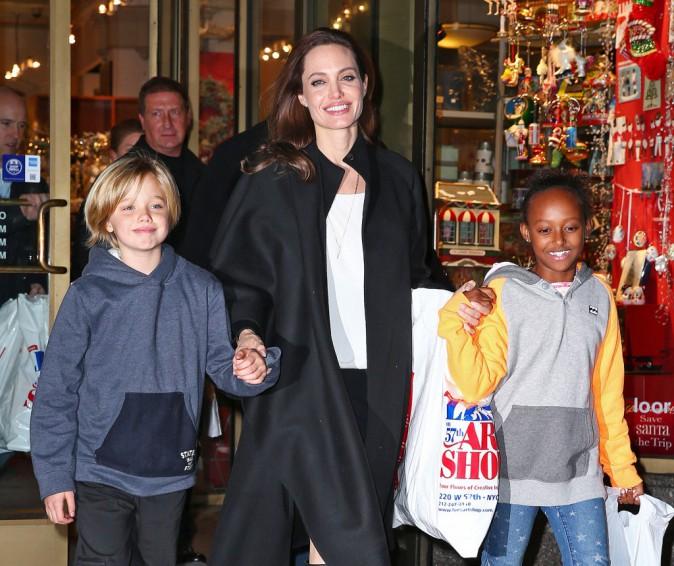 Angelina Jolie : maman combl�e, s�ance shopping avec Shiloh et Zahara !