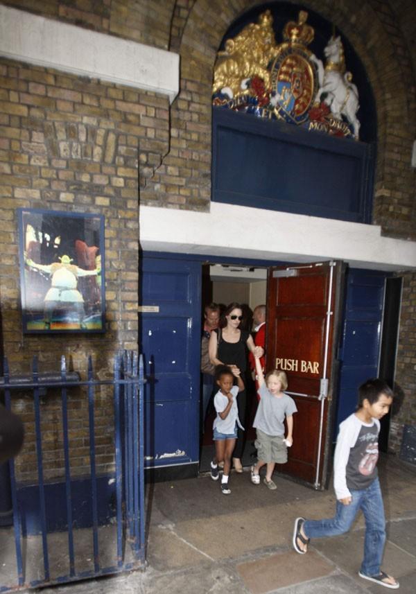 Angelina Jolie reperée à la sortie du specatcle de Shrek à Londres hier ...