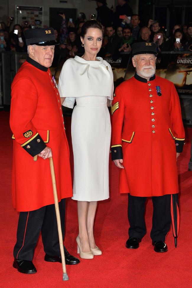 Discussion sur l' Etoile de TF1 du 9 juin    2015 - Page 3 Angelina-Jolie-a-l-avant-premiere-londonienne-d-Invincible-le-25-novembre-2014_portrait_w674