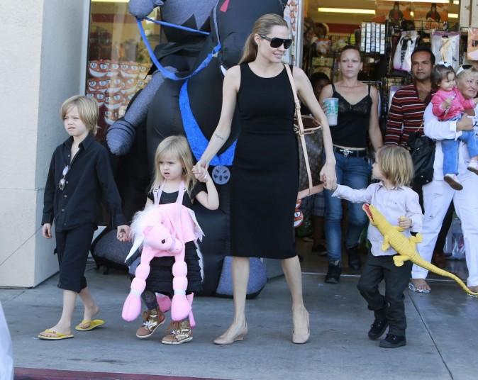 Angelina Jolie en plein shopping pour Halloween avec ses enfants à Los Angeles, le 28 octobre 2012.