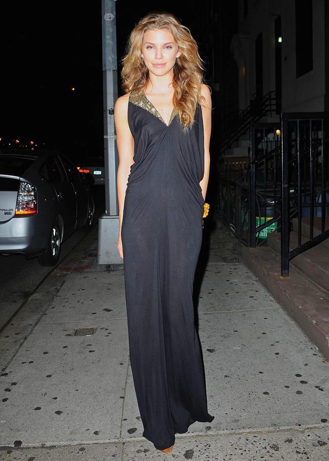 Loin de Beverly Hills, AnnaLyne semble s'épanouir.