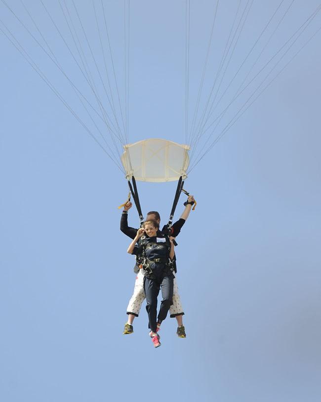 AnnaLynne McCord saute en parachute à Los Angeles le 17 août 2013