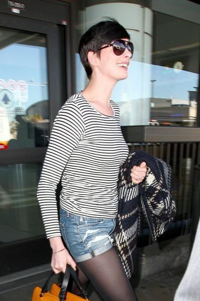 Photos : Anne Hathaway : les gambettes à l'air, elle est arrivée pile à l'heure pour célébrer le réveillon de Noël avec son mari !