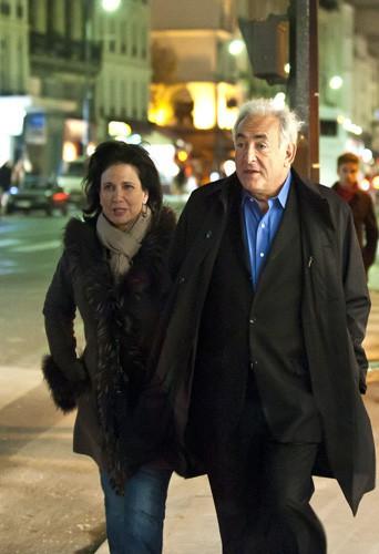 Après le scandale, le couple reste soudé dans les rues de Paris