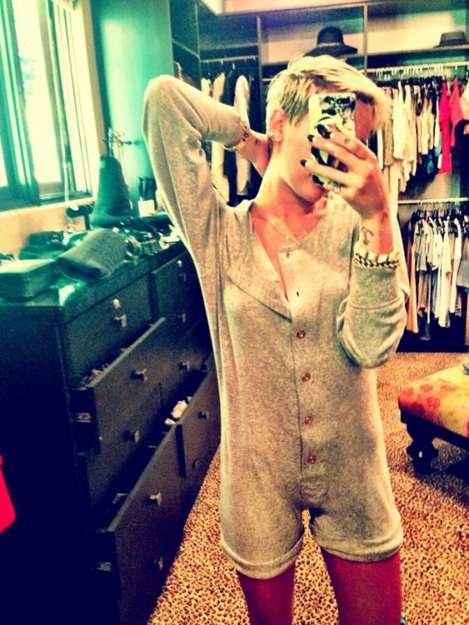 Miley présente une combishort...