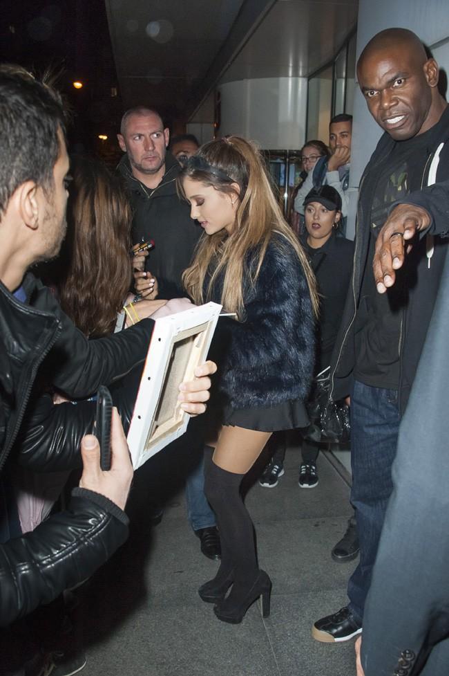 Ariana Grande devant les studios de NRJ, à Paris, le 14 octobre 2014