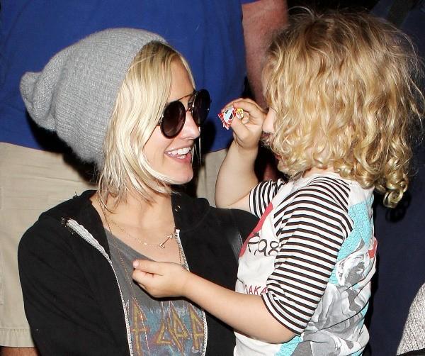 Ashlee Simpson et son fils Bronx à l'aéroport de Los Angeles, le 1er janvier 2013.