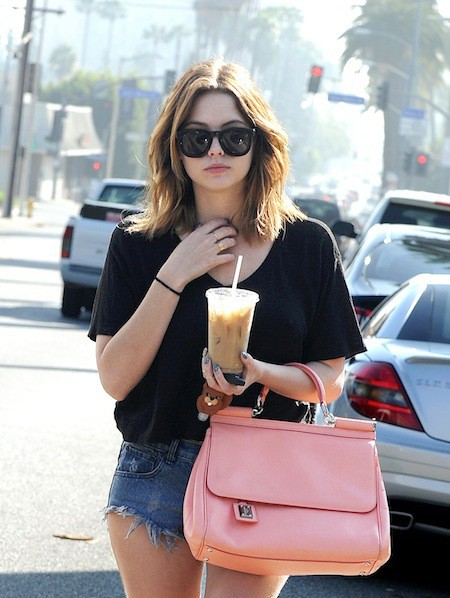 Photos : Ashley Benson refuse de poser nue mais s'affiche ultra-sexy en micro-short !