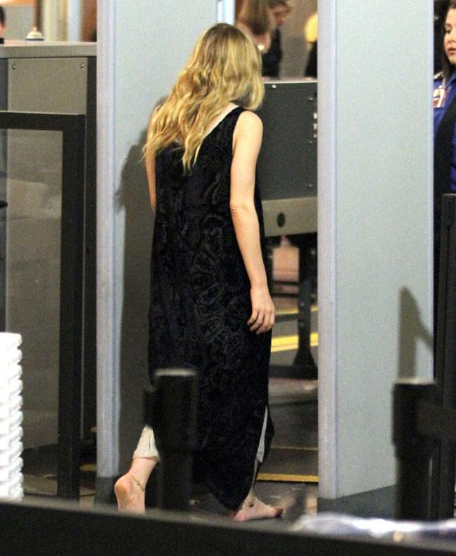 Après cette porte Ashley connaîtra un repos éternel...Non en fait elle pourra juste quitter l'aéroport.