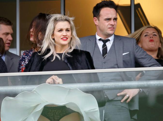 Ashley Roberts (ex-Pussycat Dolls) : vive le vent... Et sa culotte en dentelle noire !