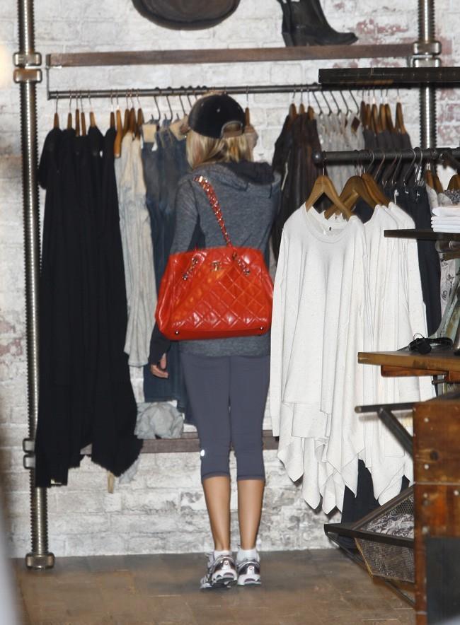 Elle peut quand même faire son shopping tranquille !